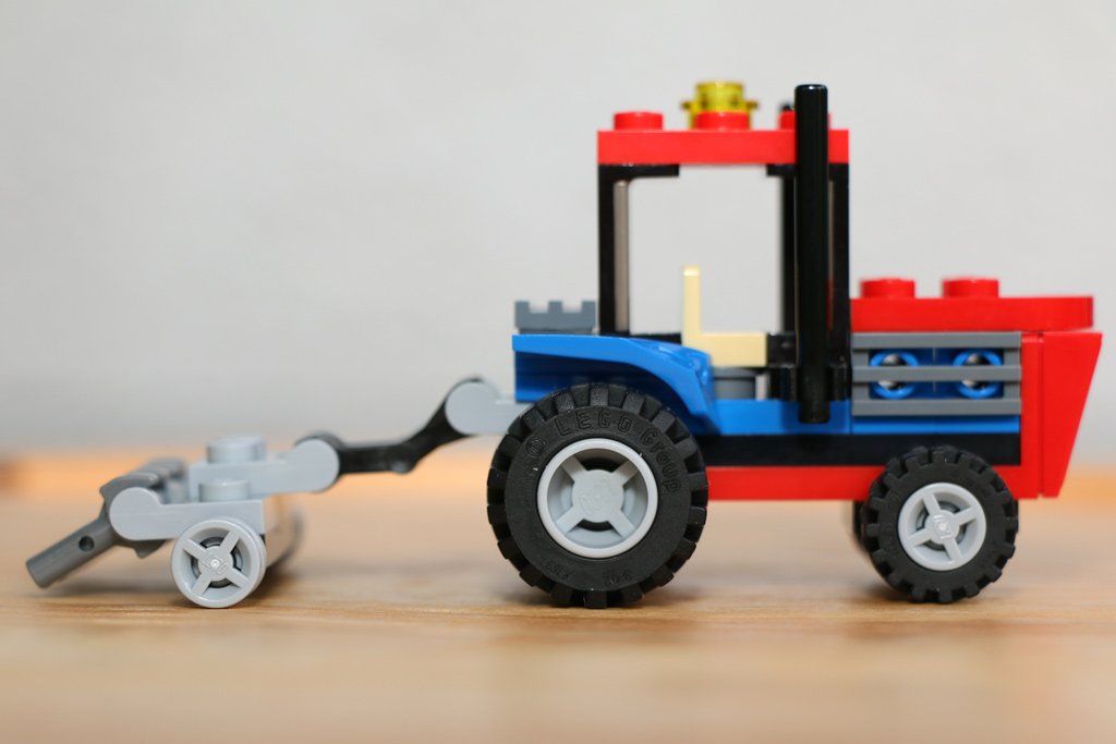 Traktor nebst Pflug | © Andres Lehmann