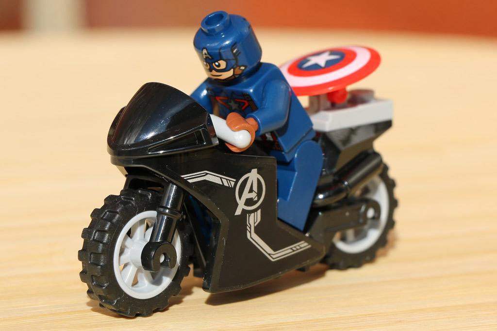 Captain America nebst Schild und Motorrad | © Andres Lehmann