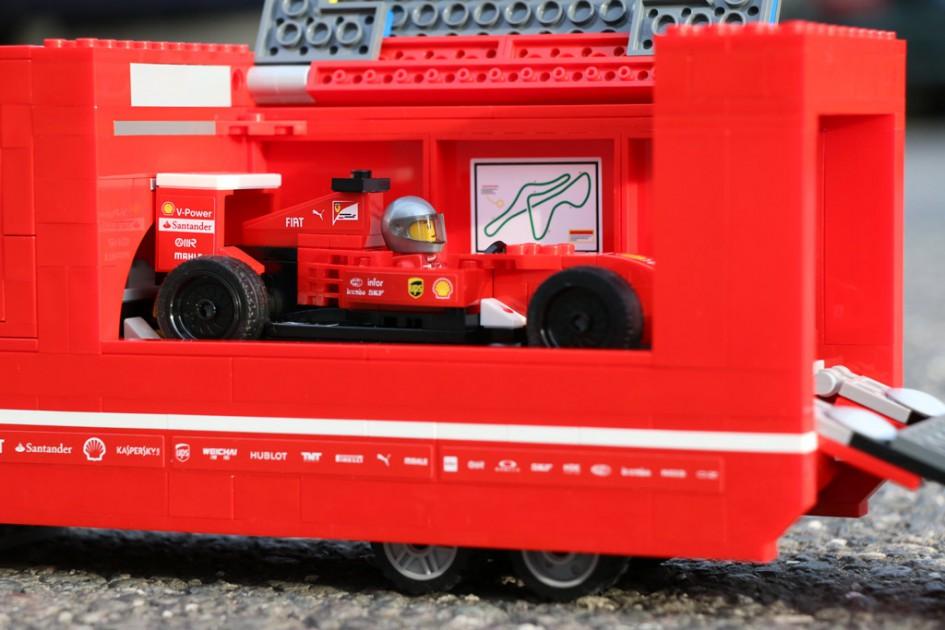 review lego speed champions ferrari truck mit formel 1. Black Bedroom Furniture Sets. Home Design Ideas