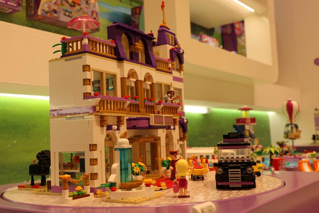 Friends Hotel auf der Toy Fair, Monate später in der Heartlake-City Hamburg zusammengebaut   © Andres Lehmann