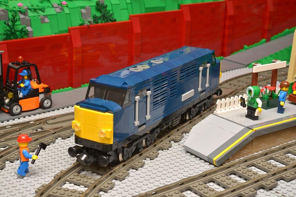 Dark blue 'class 37' | © Huw Millington