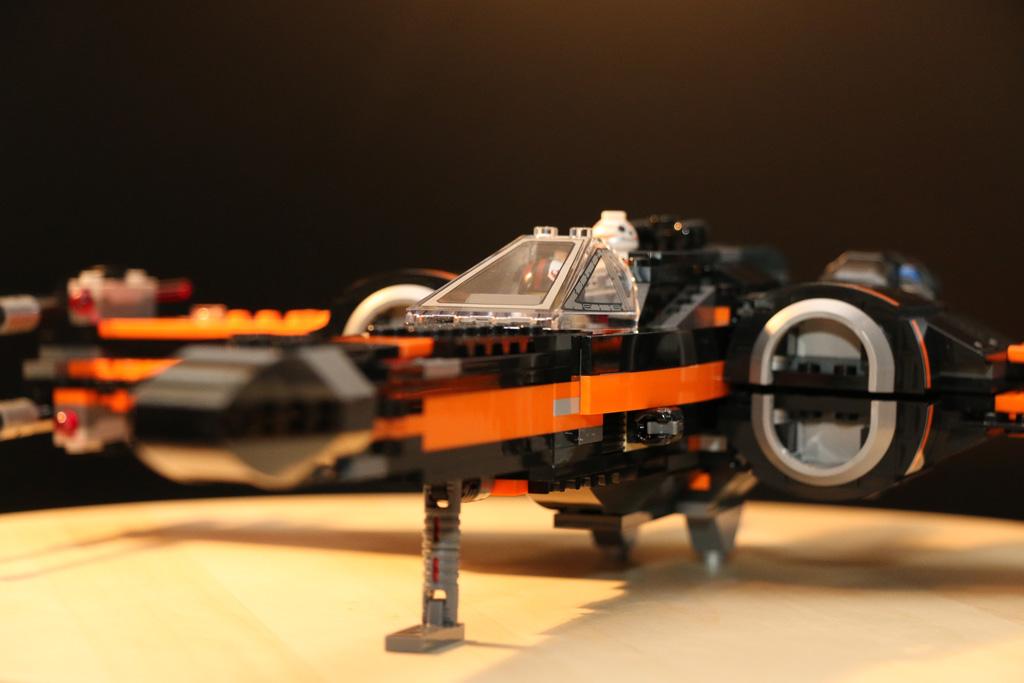 Ein X-Wing in Schwarz und Orange: Ob sich das hätte George Lucas träumen lassen? | © Andres Lehmann