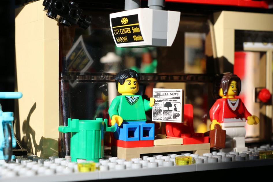Lego City Bahnhof: Warten auf den nächsten Zug | © Andres Lehmann