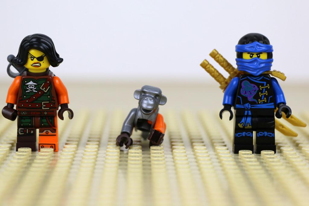 Zwei Minifiguren und ein Affe | © Andres Lehmann