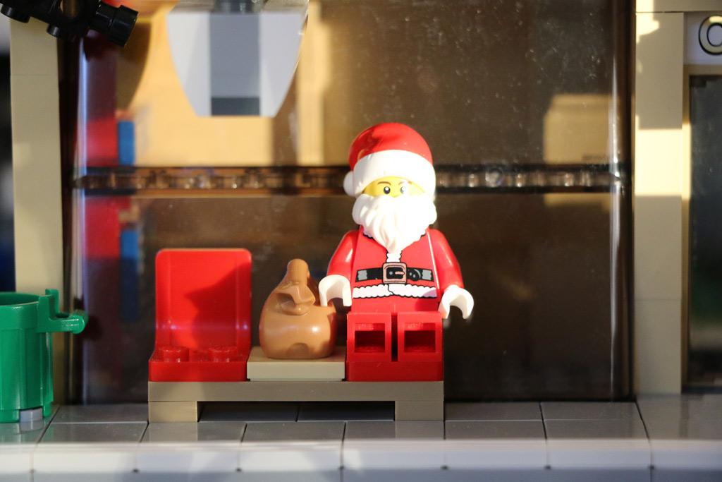 Der Weihnachtsmann als Minifigur: Warten auf den Zug | © Andres Lehmann