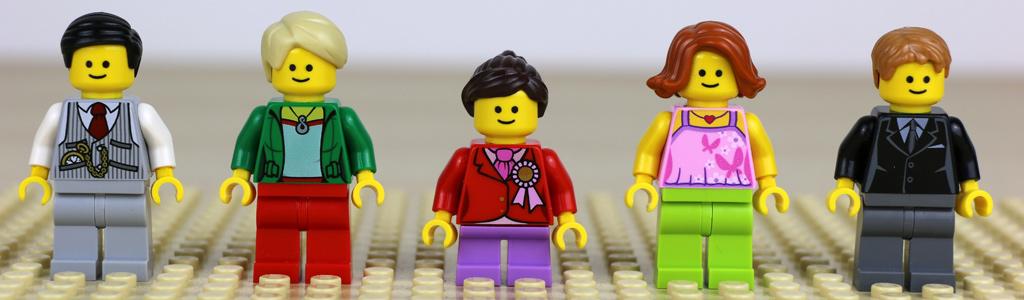 Fünf Minifiguren, davon eine wandelbar... | © Andres Lehmann