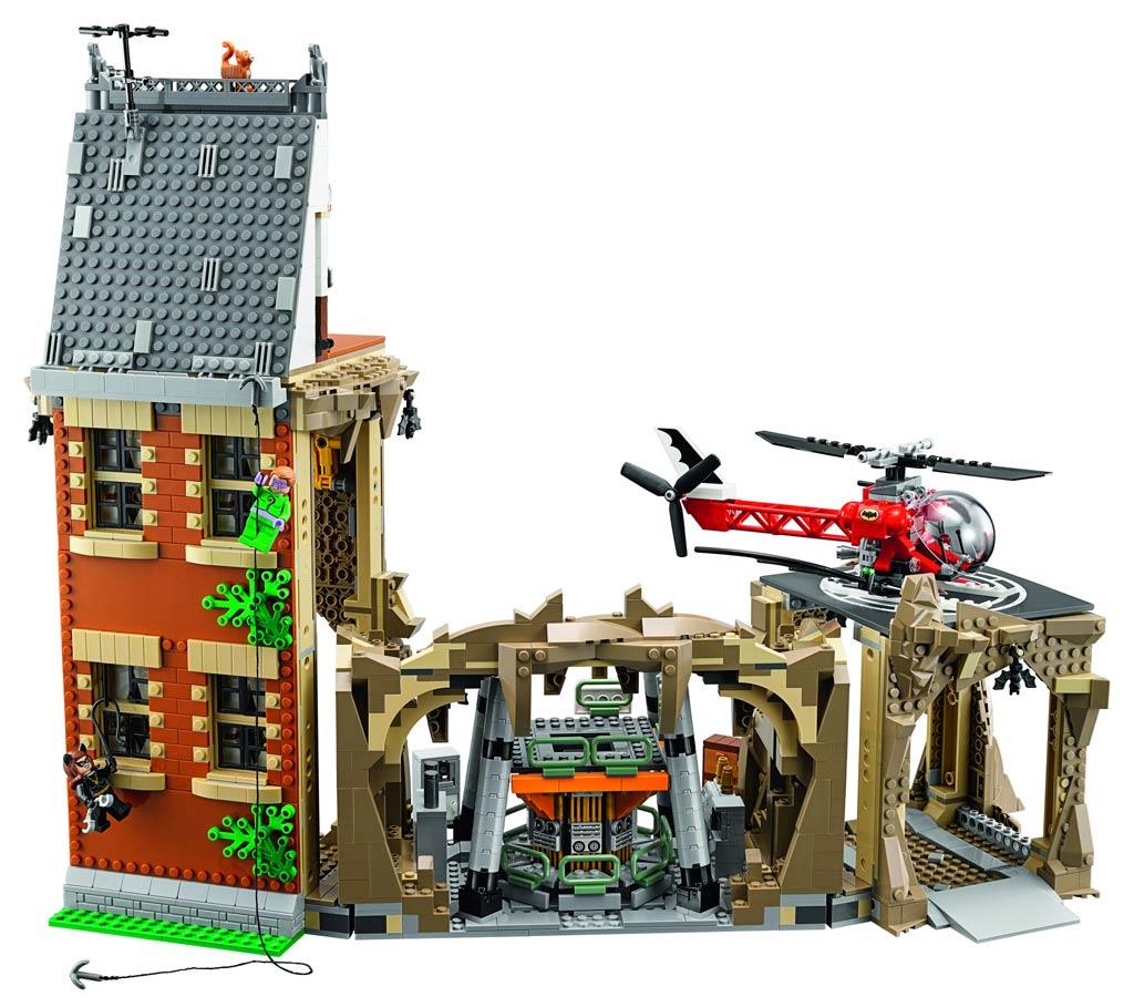 Auch die Fassade will natürlich erklommen werden! Dazu muss das Haus nicht unbedingt liegen, ist ja nur ein... Spiel. | © LEGO Group