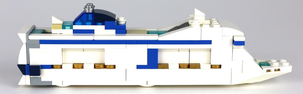 MSC Meraviglia von der Seite: Der Blauton variiert | © Andres Lehmann / zusammengebaut.com
