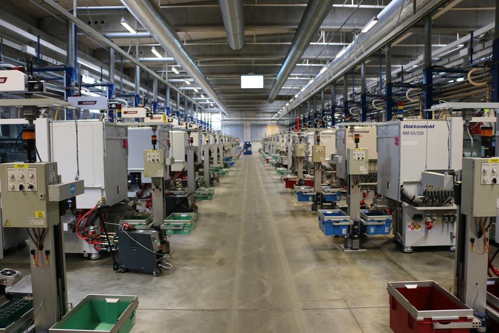 LEGO Fabrik in Billund: Eine der Fertigungshallen | © Andres Lehmann / zusammengebaut.com