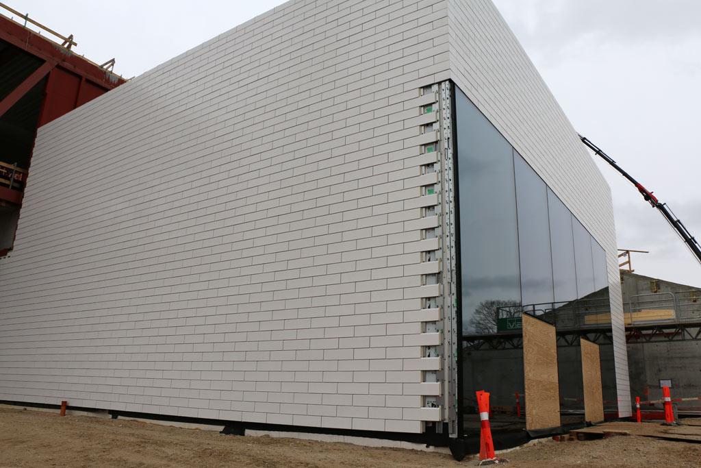 Die Fassade nebst Fenstern ist teils schon fertiggestellt. | © Andres Lehmann / zusammengebaut.com
