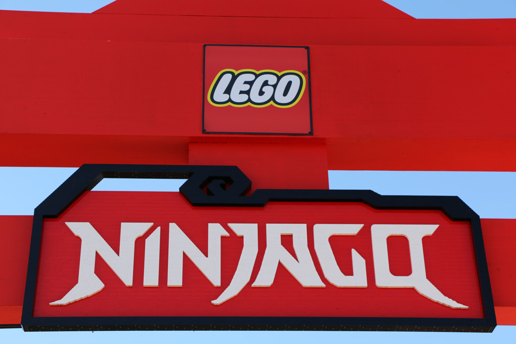 Ninjago-Logo aus Legosteinen | © Andres Lehmann / zusammengebaut.com
