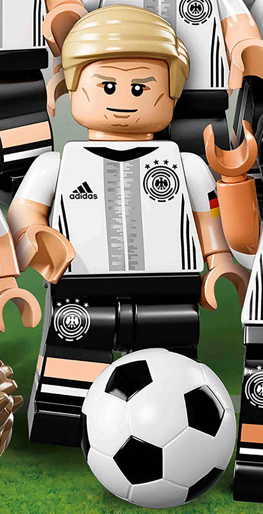 Bastian Schweinsteiger am Ball! | © LEGO Group