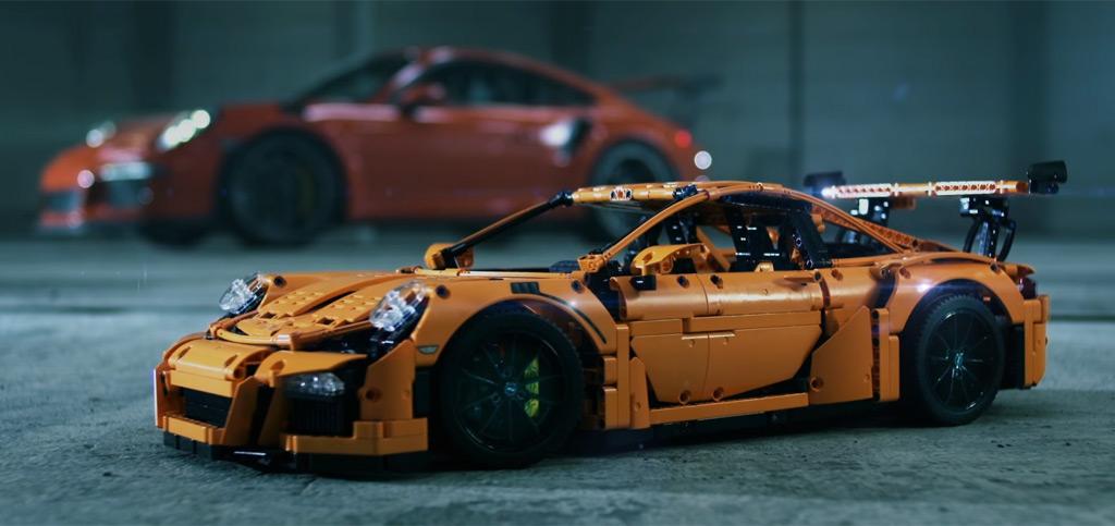 Großer Porsche 911 trifft auf sein kleines Abbild! | © LEGO Group
