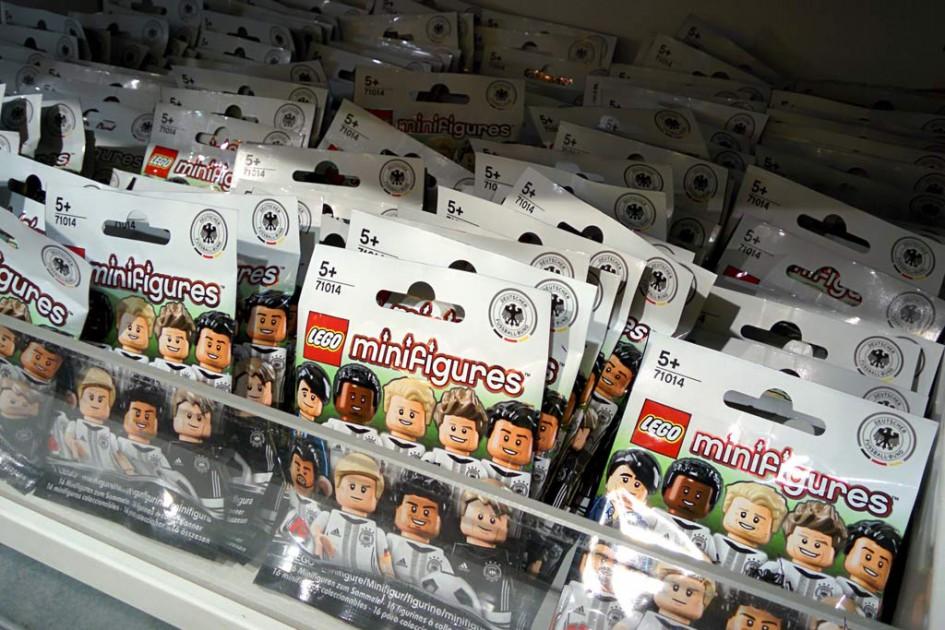 """Lego Minifiguren Serie """"DFB – Die Mannschaft"""" (71014): Im Lego Store Hamburg wurde man am Samstag noch fündig...   © Andres Lehmann / zusammengebaut.com"""