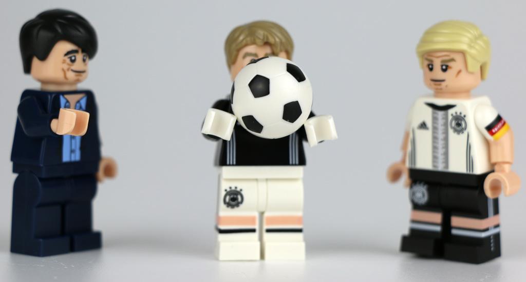 Manuel Neuer hält den Ball fest. | © Andres Lehmann / zusammengebaut.com