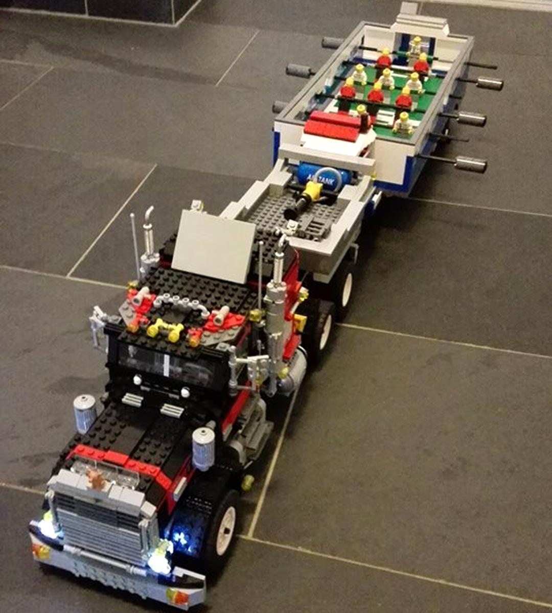 Die Reise kann starten: Fußballtisch auf Rädern! | © Brick-lebrit LEGO Creations