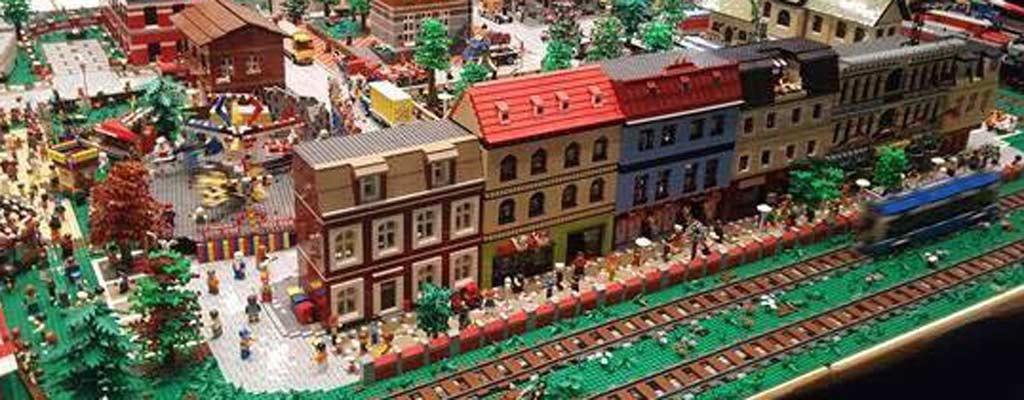 LEGO City mit vielen Eigenbauten | © Sascha Lüddecke