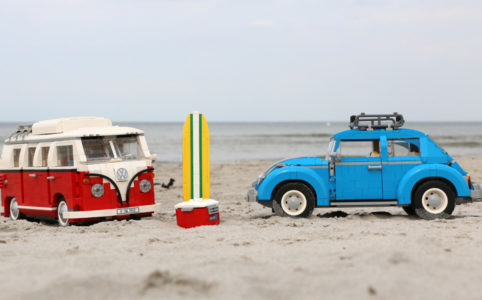 LEGO Creator Expert 10252 Volkswagen Beetle und 10220 Volkswagen T1 Campingbus im Zusammenspiel