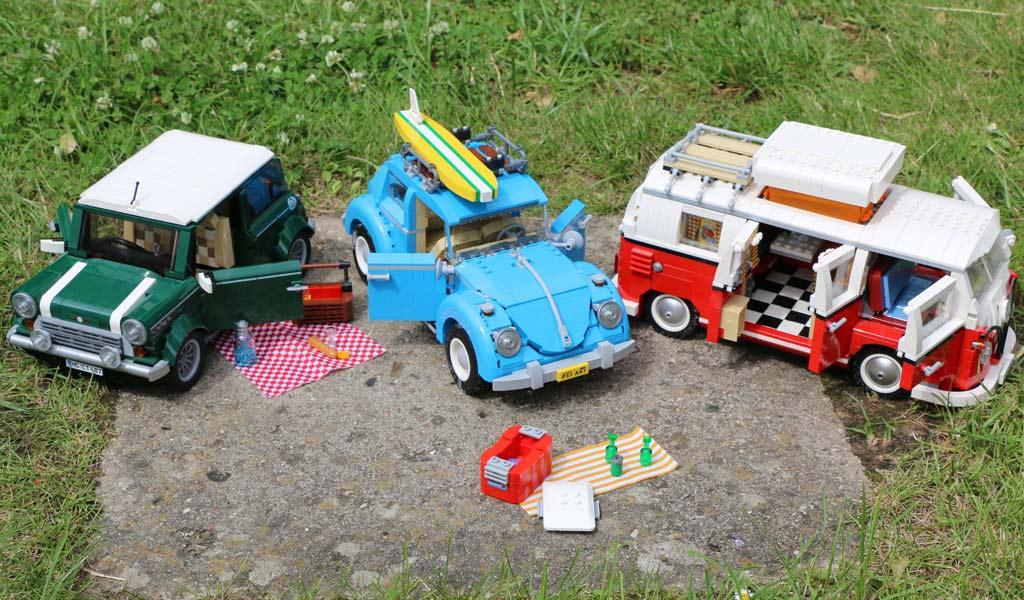 "LEGO Creator Expert VW Käfer (10252), Volkswagen T1 ""Bulli"" Campingbus (10220) und Mini Copper (10242) | © Andres Lehmann / zusammengebaut.com"