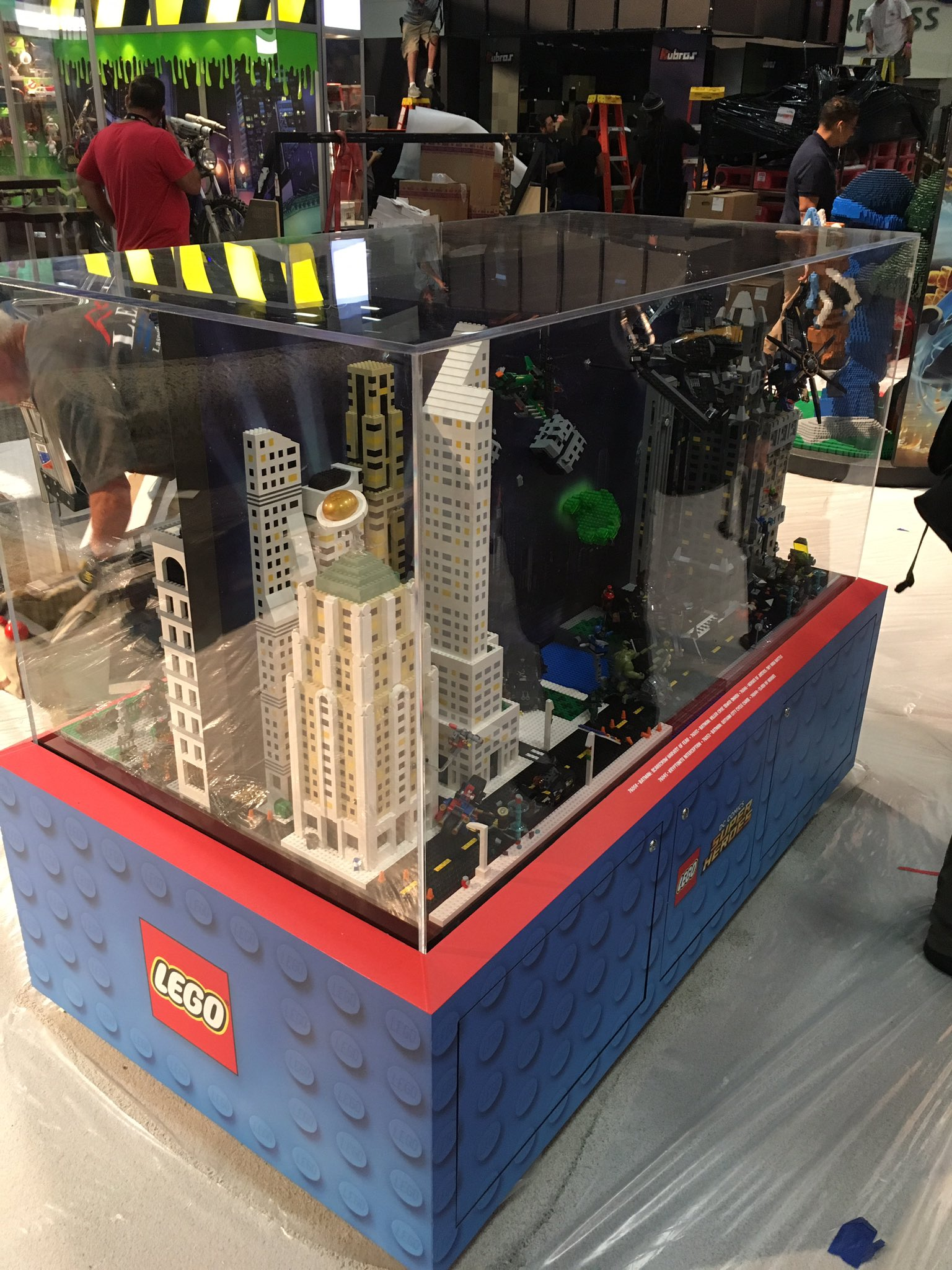LEGO hinter Glas   © Christopher Butcher / comicsalliance.com