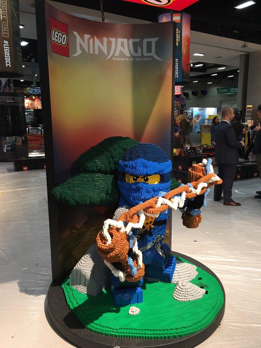 Auch ein Ninja hat sich eingeschlichen: LEGO Ninjago | © Christopher Butcher / comicsalliance.com