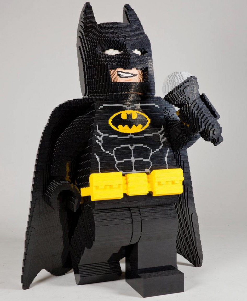 sdcc batman sucht als xxl lego figur die gro e b hne zusammengebaut. Black Bedroom Furniture Sets. Home Design Ideas