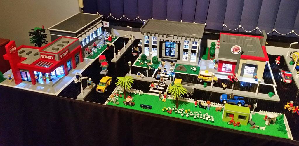Auf einen Burger in die LEGO Town! | © Riaan Pretorius