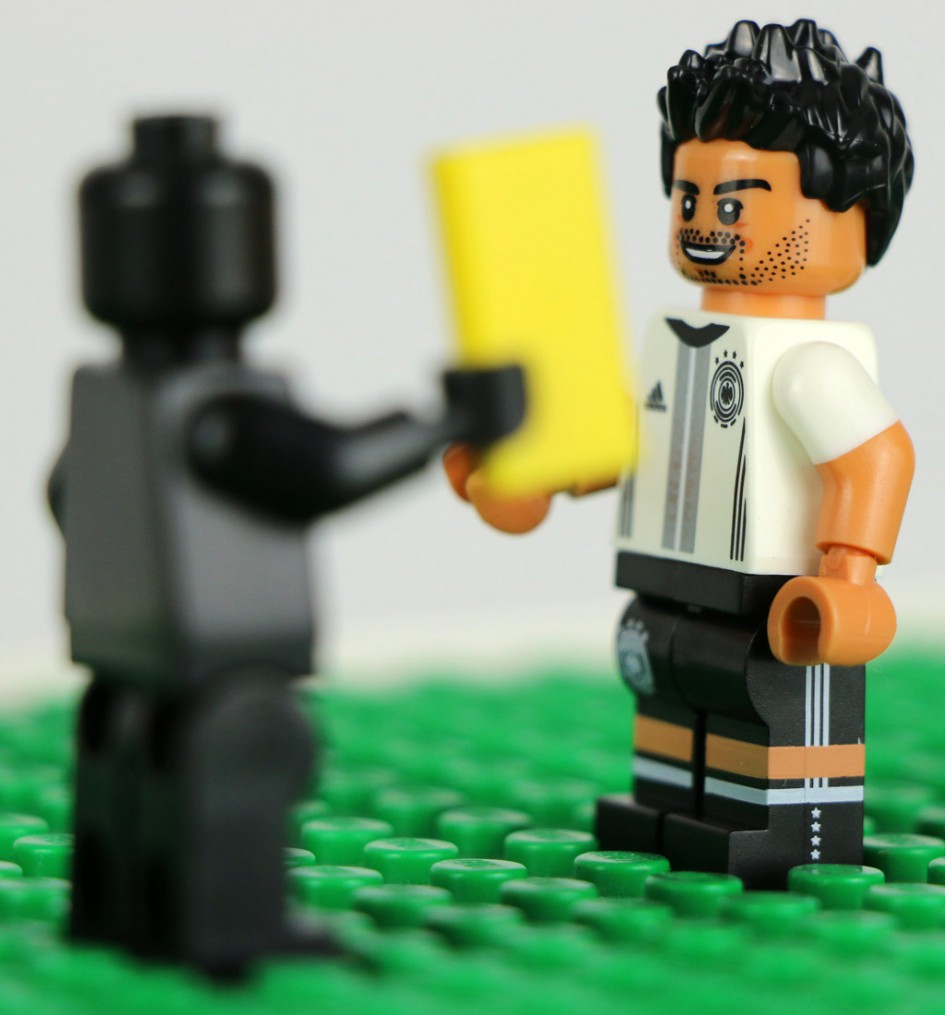 Mats Hummels konte da nur grinsen: Zweite gelbe Karte, und zumindest der erste Karton im Turnierverlauf war unberechtigt. | © Andres Lehmann  / zusammengebaut.com