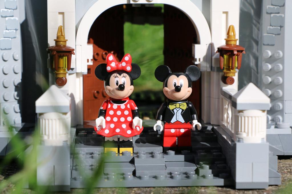 Eingangsbereich des Disney Schlosses mit zwei alten Bekannten | © Andres Lehmann / zusammengebaut.com