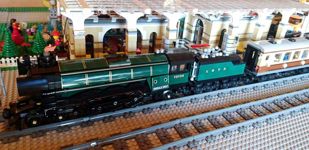LEGO Emerald Night Express mit Halt am historischen Bahnhof. | © Lars Köster und Rafael Konieczny