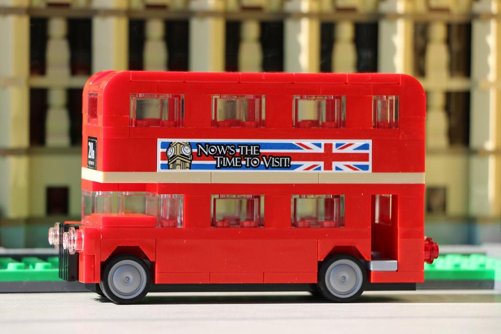 Der LEGO Creator London Bus (40220) parkt vor dem Big Ben. | © Andres Lehmann / zusammengebaut.com
