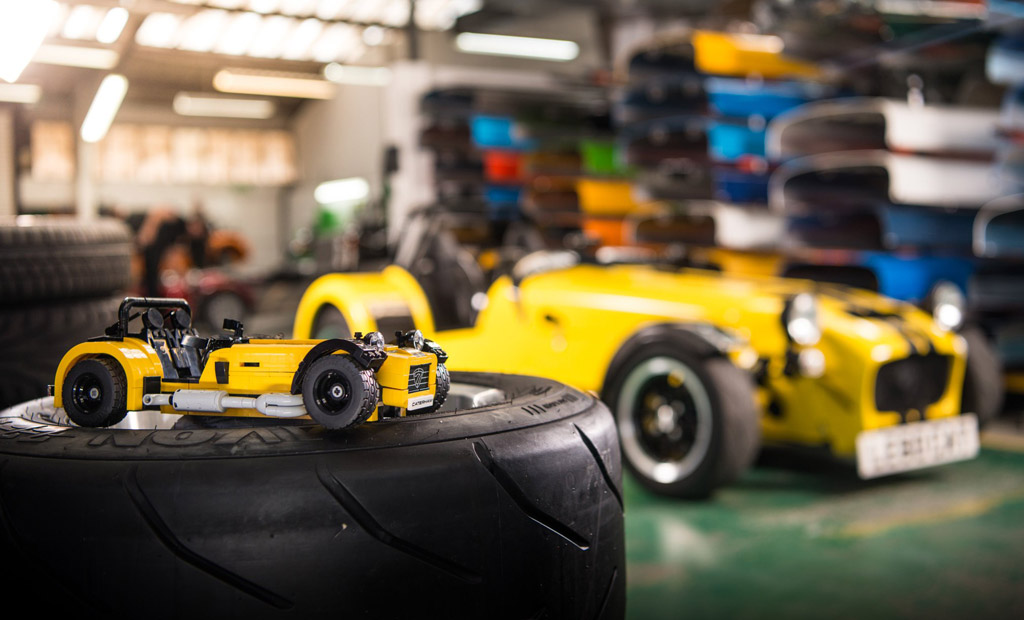 Klein und Groß! | © LEGO Group / Caterham Cars
