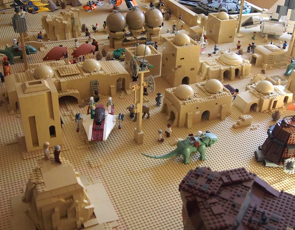 Zusammengebaut 2016 samt LEGO Star Wars Tatooine Diorama | © Nils Ackerhans
