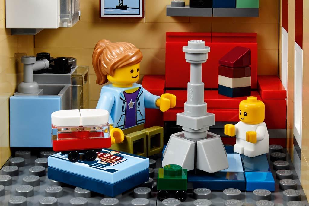 Oha, den Eiffelturm hat sie auch! | © LEGO Group