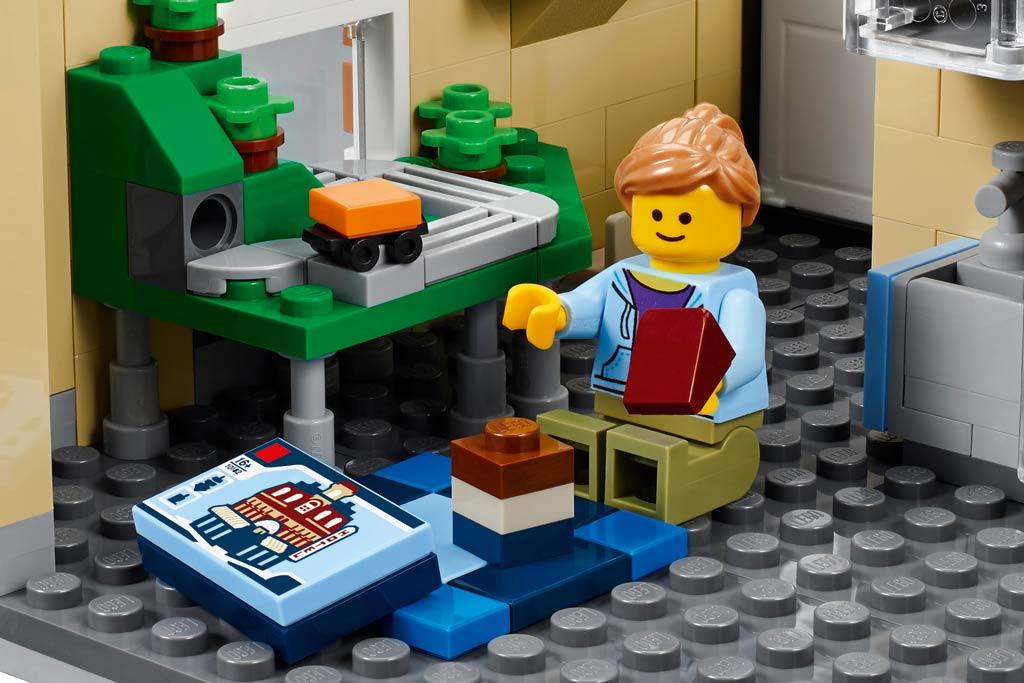 In dieser AFOL-Wohnung wird gerade das Cafe Corner gebaut! | © LEGO Group