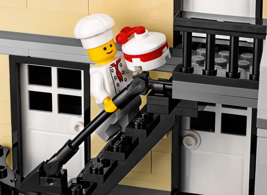 Kuchen im Anflug! | © LEGO Group