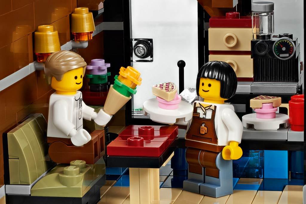 Im Cafe: Blumen für die Dame | © LEGO Group