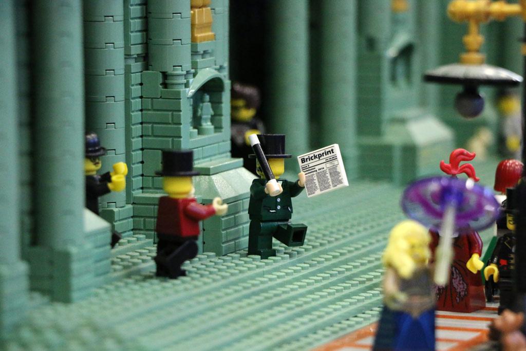 Die neue Brickprint wird vor dem Nachbau des Berliner Doms von Thekla Borchert gelesen. | © Andres Lehmann / zusammengebaut.com
