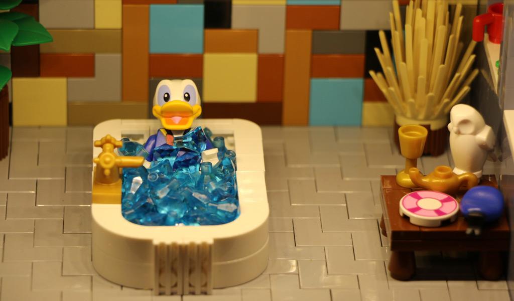 Donald Duck nimmt ein steiniges Bad. | © Andres Lehmann / zusammengebaut.com