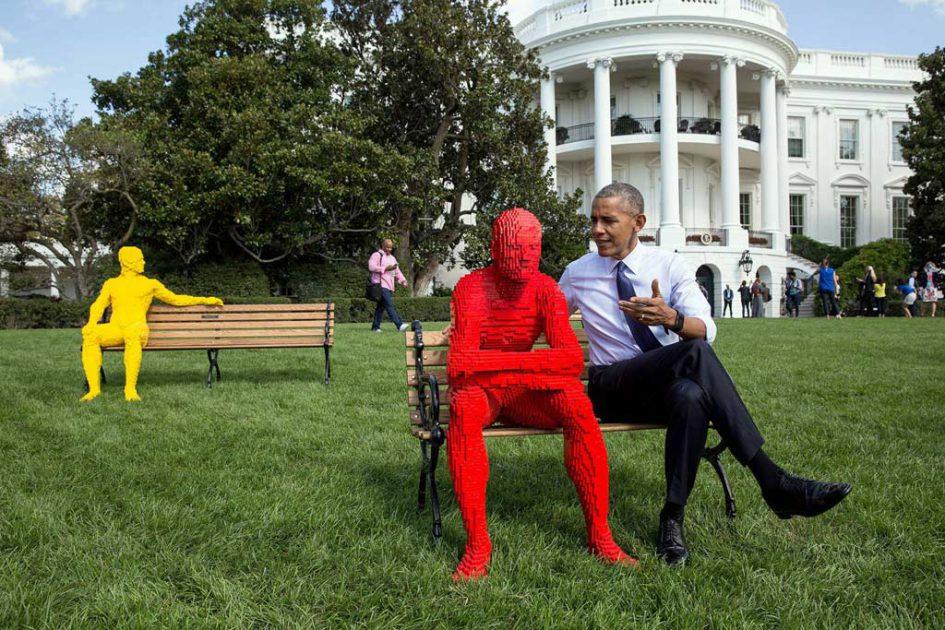 US-Präsident Barack Obama und ein Besucher vor dem Weißen Haus | © White House