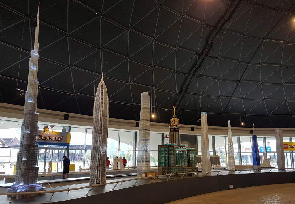 Und an der Seite findet sich ein zweiter kleinerer Nachbau des Burj Khalifa. | © Ronald Innes