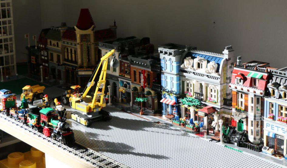Ein erster grober Aufbau der LEGO City | © Andres Lehmann / zusammengebaut.com