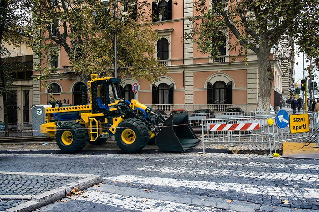 Kommt ein Technic Bagger in Rom des Weges... | © Domenico Franco