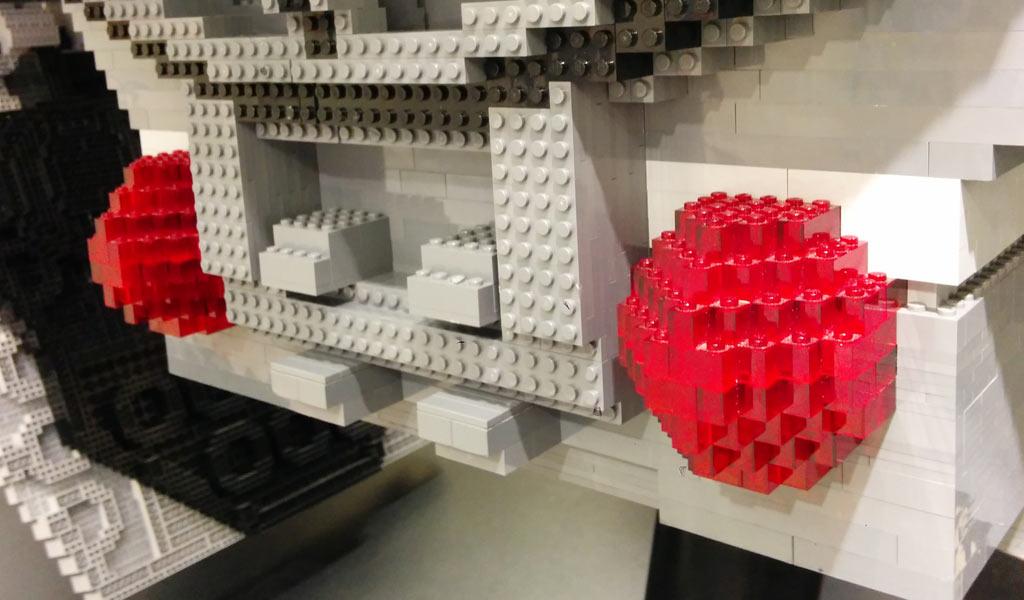 Für einen XXL LEGO TIE Fighter werden benötigt: Viele graue und schwarze Steine und ein paar rote, transparent. | © Andres Lehmann / zusammengebaut.com