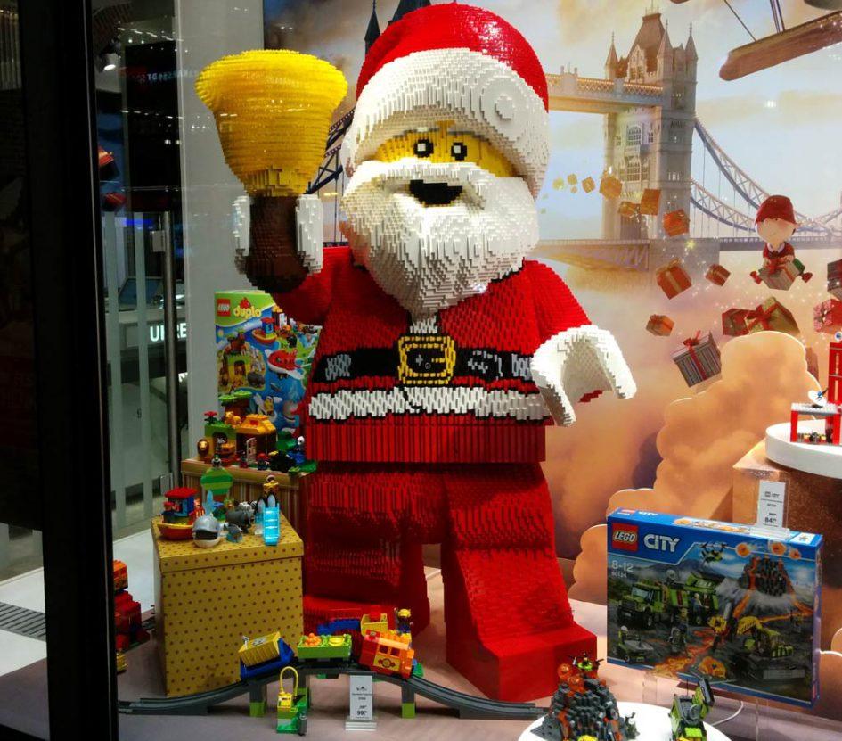 LEGO Weihnachtsmann im Schaufenster der Galeria Kaufhof | © Andres Lehmann / zusammengebaut.com