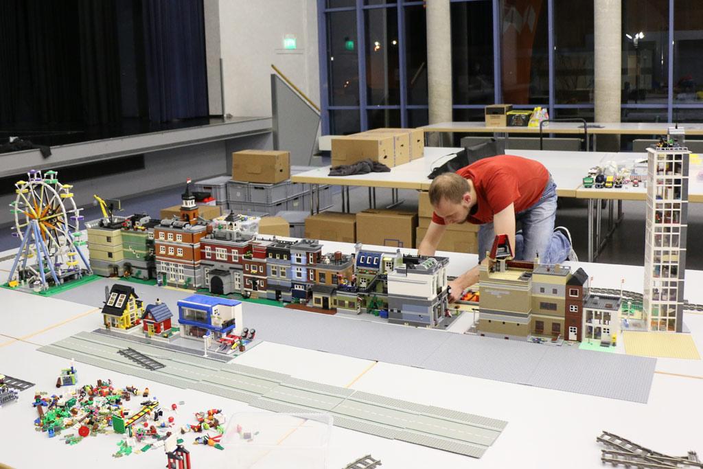Timo reiht seine Modular Buildings auf. | © Andres Lehmann / zusammengebaut.com
