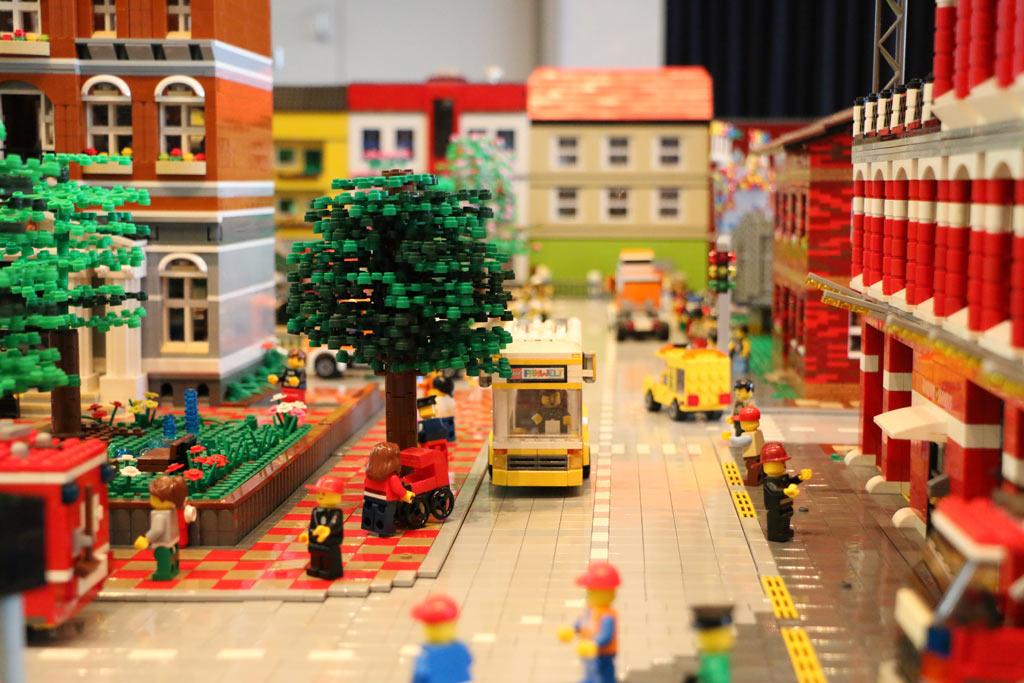 lego moc city mit gro em eisenbahn loop und rummelplatz zusammengebaut. Black Bedroom Furniture Sets. Home Design Ideas