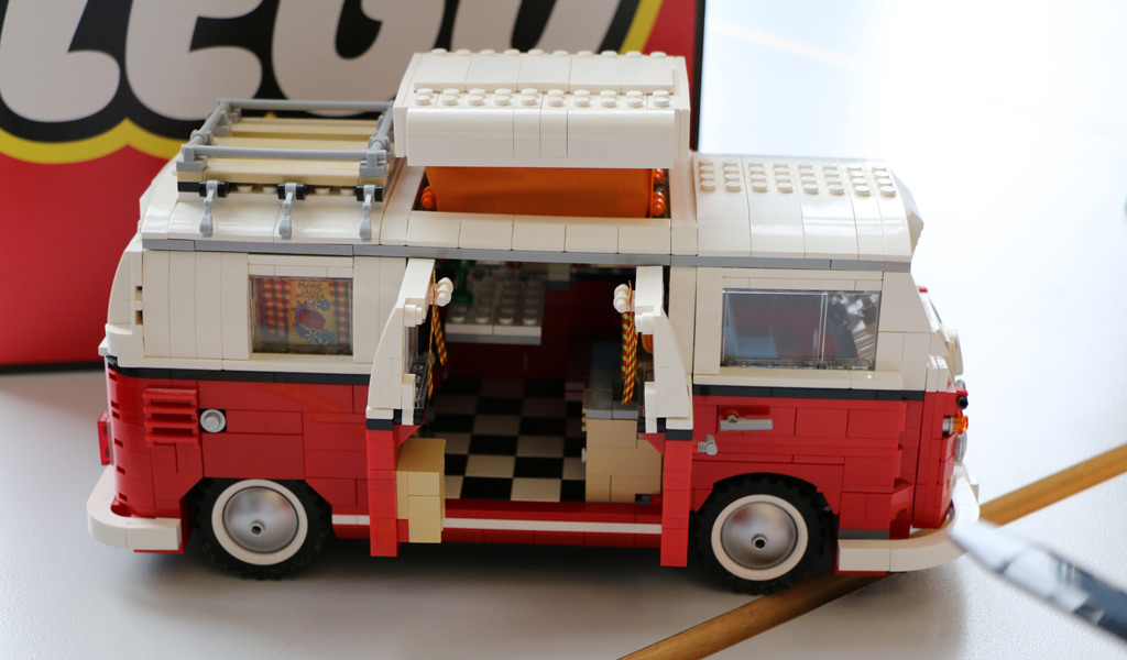 lego volkswagen t1 bulli campingbus in xxl steht zum. Black Bedroom Furniture Sets. Home Design Ideas