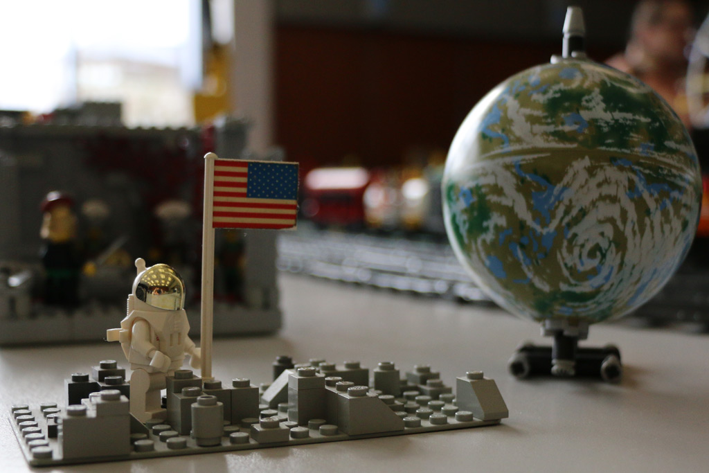 Eine Minifigur war also doch auf dem Mond! | © Andres Lehmann / zusammengebaut.com