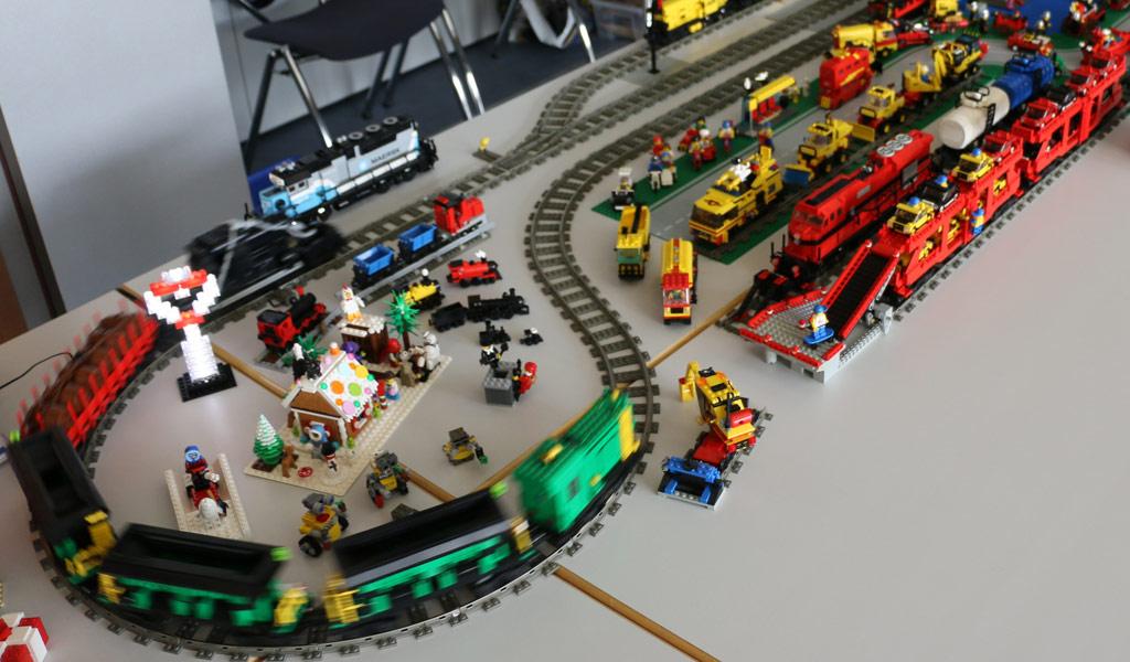 Andreas Wilke zeigt seine umfangreiche Zug-Sammlung, viele Original-Sets hat er modifiziert. | © Michael Kopp / zusammengebaut.com